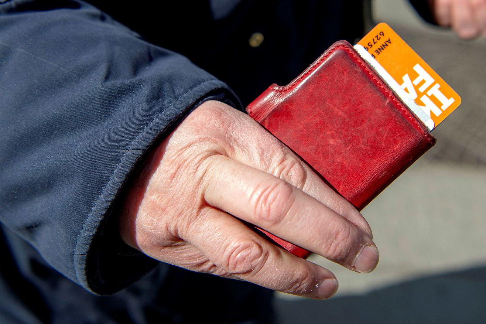 – Jeg har vel syv til åtte plastkort i lommeboken, sier Anne Rita Egeland