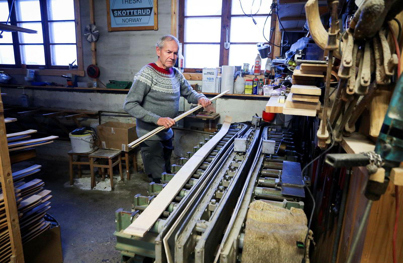 Ulf Rønning tråkker opp oljetrykket i den hydrauliske skipressen som ble kjøpt inn midt på 60-tallet. Den er fortsatt en viktig del av prosessen og har bare fått byttet noen pakninger og hydraulikkolje i løpet av alle disse årene. – Det er jo det eneste spesielle utstyret vi har, ellers er det vanlig snekkerutstyr, sier sønnen Jonas Rønning.