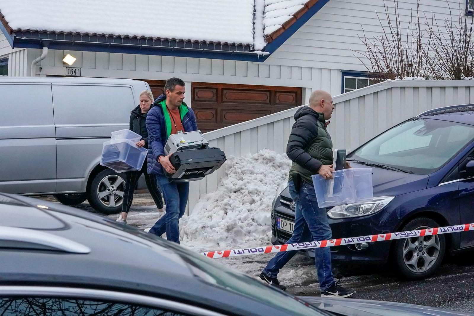 Politiet gjorde beslag i boligen til justisminister Tor Mikkel Wara på Røa 14. mars etter at familiens bil var blitt påtent natt til 10. mars.