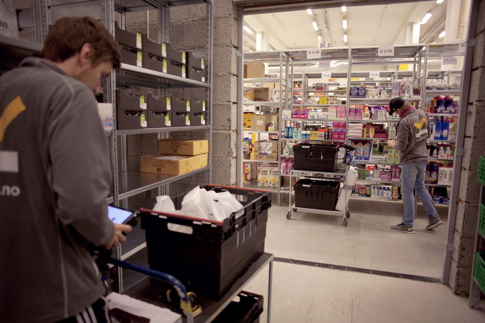 Ansatte i Kolonial.no pakker dagligvarer som skal sendes ut til kundene. Bildet er fra selskapets gamle lager på Kalbakken i Oslo. Foto: