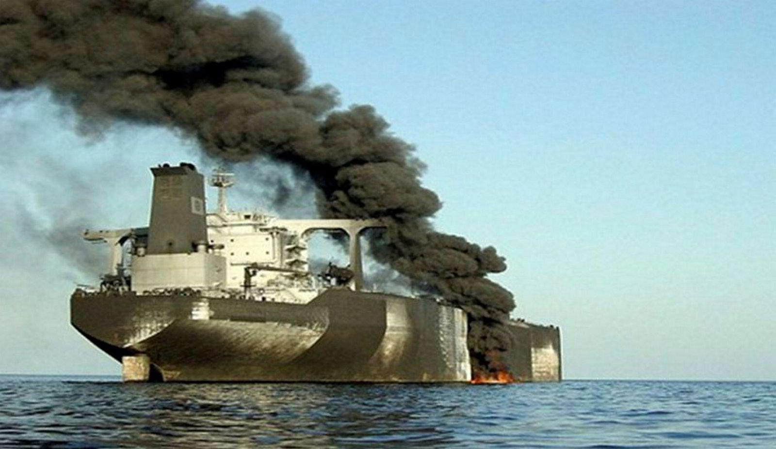 Brannen har berørt rundt to tredjedeler av styrbord side av skipet, viser bildene.