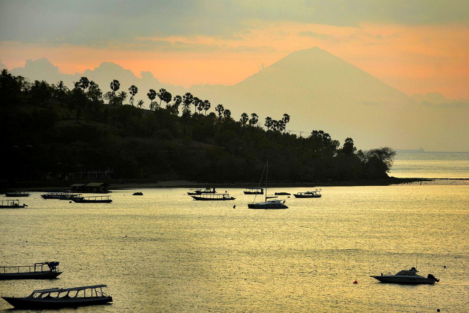 Leiebåter for turister er strandet etter flere jordskjelv har rammet havnen Teluk Nare på øya Lombok. To dødelige skjelv på den indonesiske øya har fått katastrofale følger for turismen i området, om er blitt påført massive kostnader etter titusener av hjem og bedrifter er blitt ødelagt.