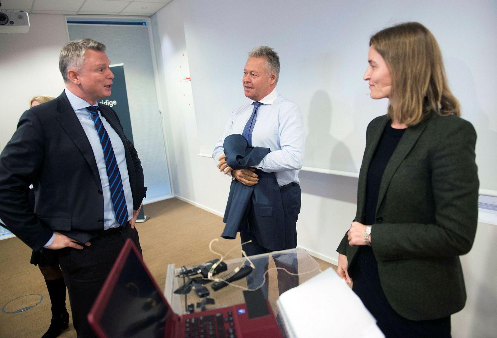 Odd Weidel (til venstre) dekker mesteparten av norske forbrukslånsbanker. Her er han i samtale med Gjensidige Forsikrings konsernsjef Helge Leiro Baastad og finansdirektør Catharina Hellerud i 2015.