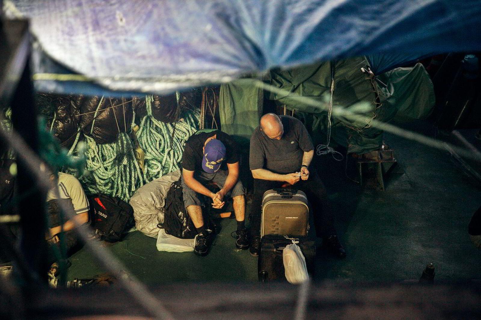 Kapteinen og «fish master» på «Thunder» er akkurat reddet ombord på Sea Shepherd-fartøyet «Sam Simon» etter forliset. Snart skal de overleveres til kystvakten.