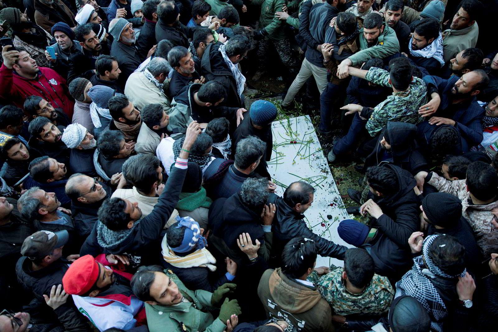 Minst 50 mennesker døde under begravelsen til den mektige generalen Qasem Soleimani i Iran denne uken. Her fra begravelsesfølget i Kerman, sørøst i Iran, hvor Soleimani var fra.