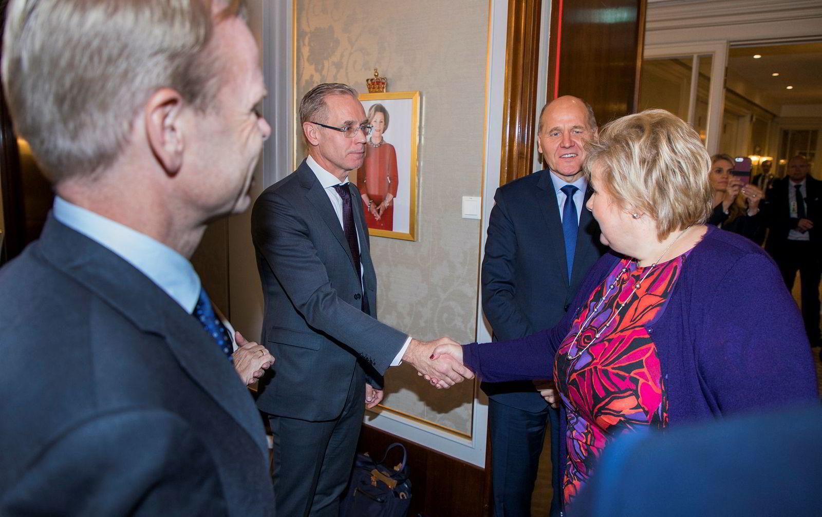 På Grand Hotel i Oslo hilset SAS-sjef Rickard Gustafson på statsminister Erna Solberg før et møte om bærekraftig norsk næringsliv, der også avgiftspolitikk var tema. Foran Yara-sjef Svein Tore Holsether og bak er Telenor-sjef Sigve Brekke.