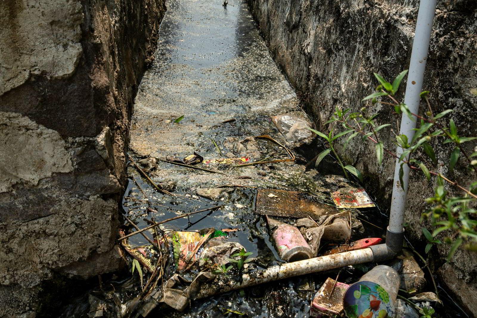 Plastavfall hoper seg opp i en kanal i en liten landsby utenfor Bandung. Kanalen er tilknyttet en av Citarum-elvens mange sideelver.