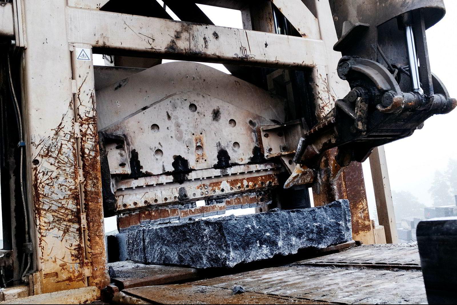Med den samlede vekten av tre av verdens største passasjerfly tygger steinsplitteren Mjølner seg rett gjennom granittblokkene. Den største blokken Mjølner har knekt var over én meter høy og nær to meter bred.