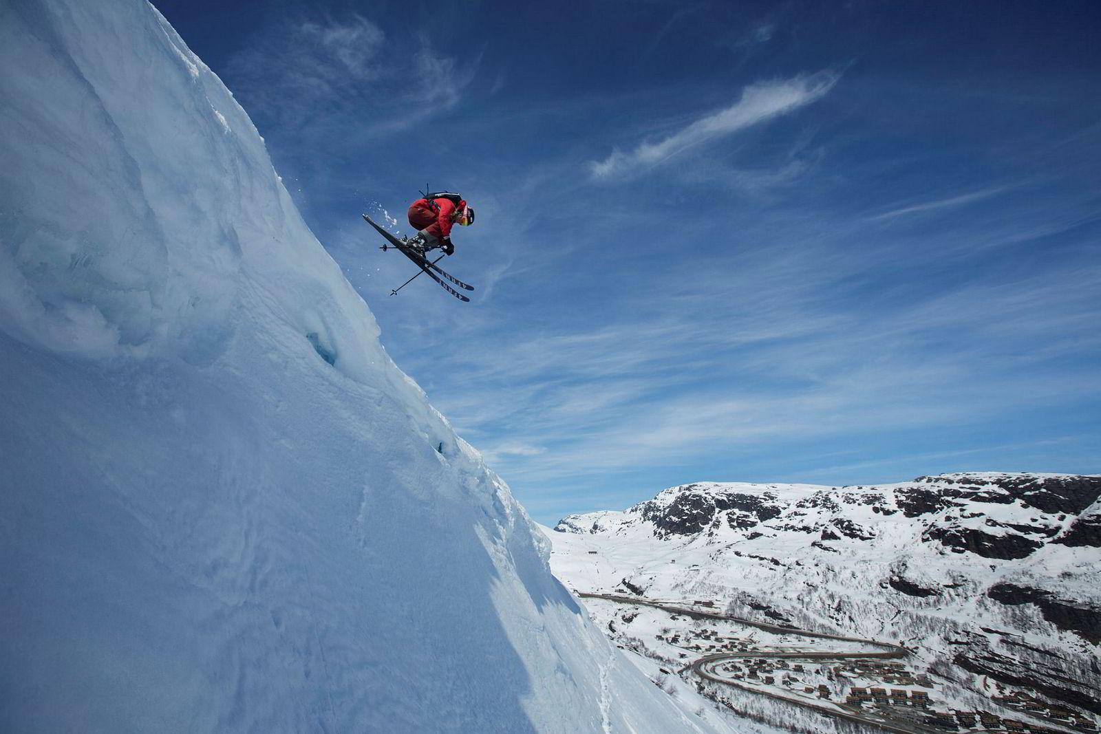 Synnøve Medhus velger en luftig variant ned mot Saudasvingen og hopper ut en snøskavl.