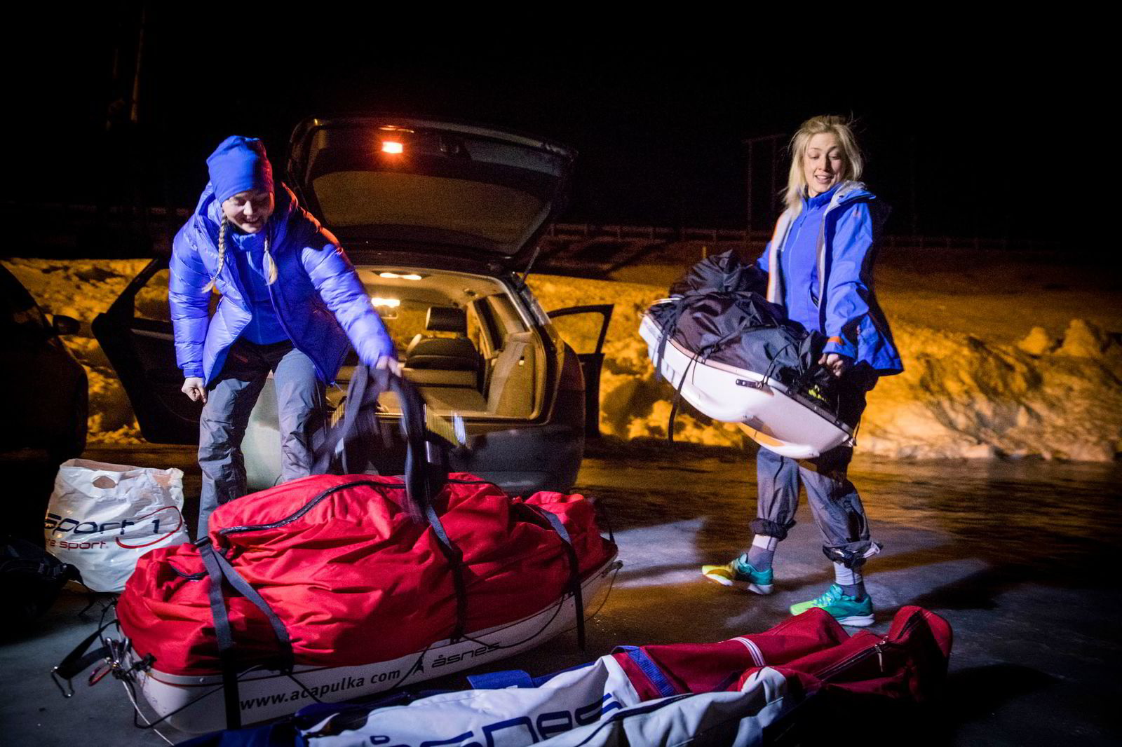 Line Sogn Plassen løfter ut pulken av bilen etter å ha kommet frem til Haukelifjell nærmere midnatt. Sammen med Ingeborg Kristine Lind til venstre, ligger de to i hardtrening før Expedition Amundsen over Hardangervidda. Alle foto: Gunnar Lier