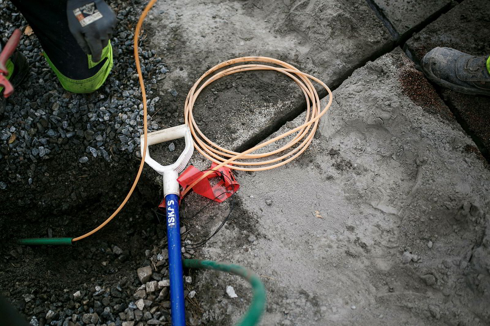 Microtrenching sager smale spor i asfalten i etablerte byggefelt, der rør for fiberoptiske kabler kan legges raskere og billigere enn å måtte grave opp hele gaten.