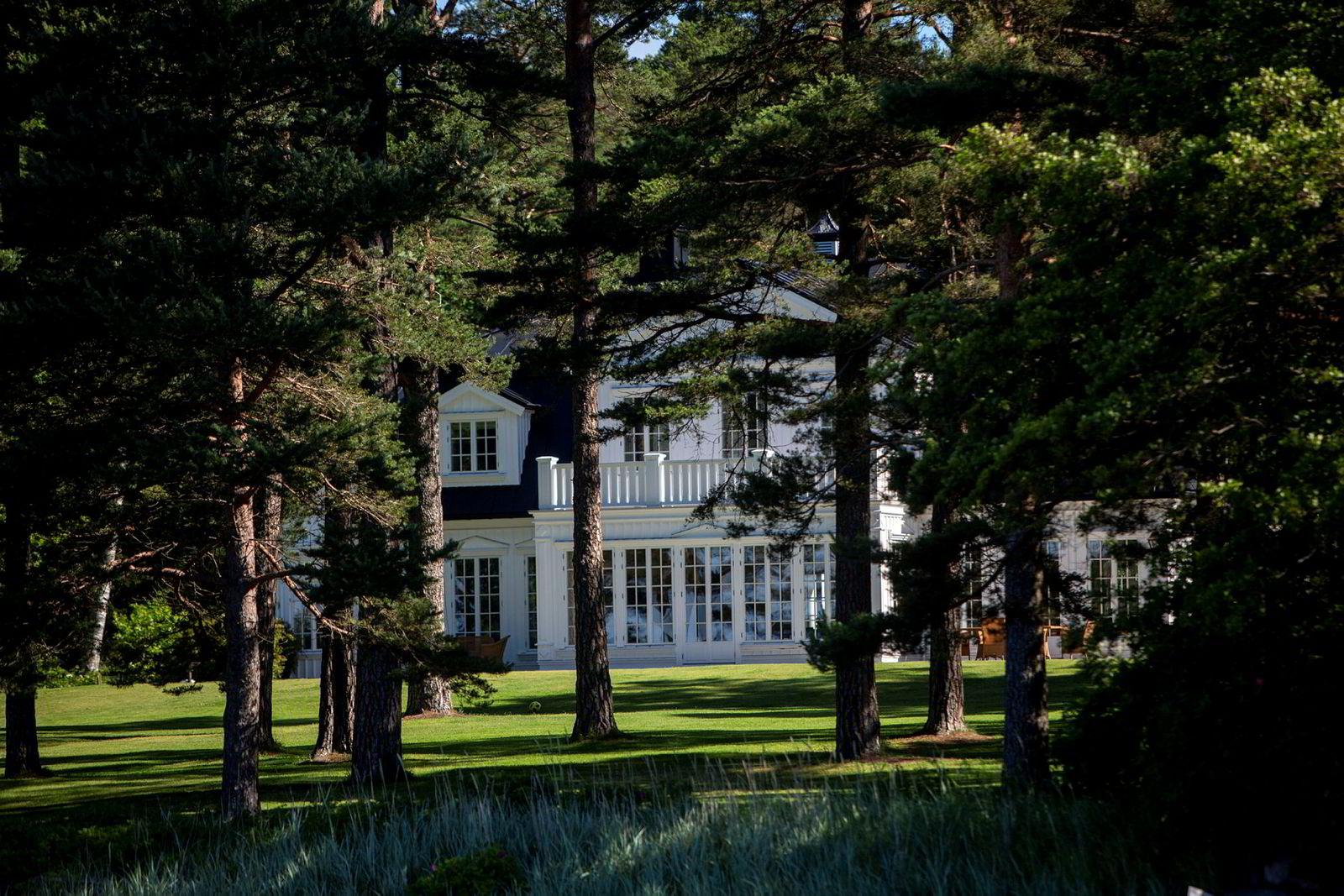 I 2007 kjøpte den danske oljegründeren Brian Ole Jepsen denne eiendommen på Vesterøya i Sandefjord for 32 millioner kroner. Han rev og bygde en ny fritidsbolig på eiendommen.