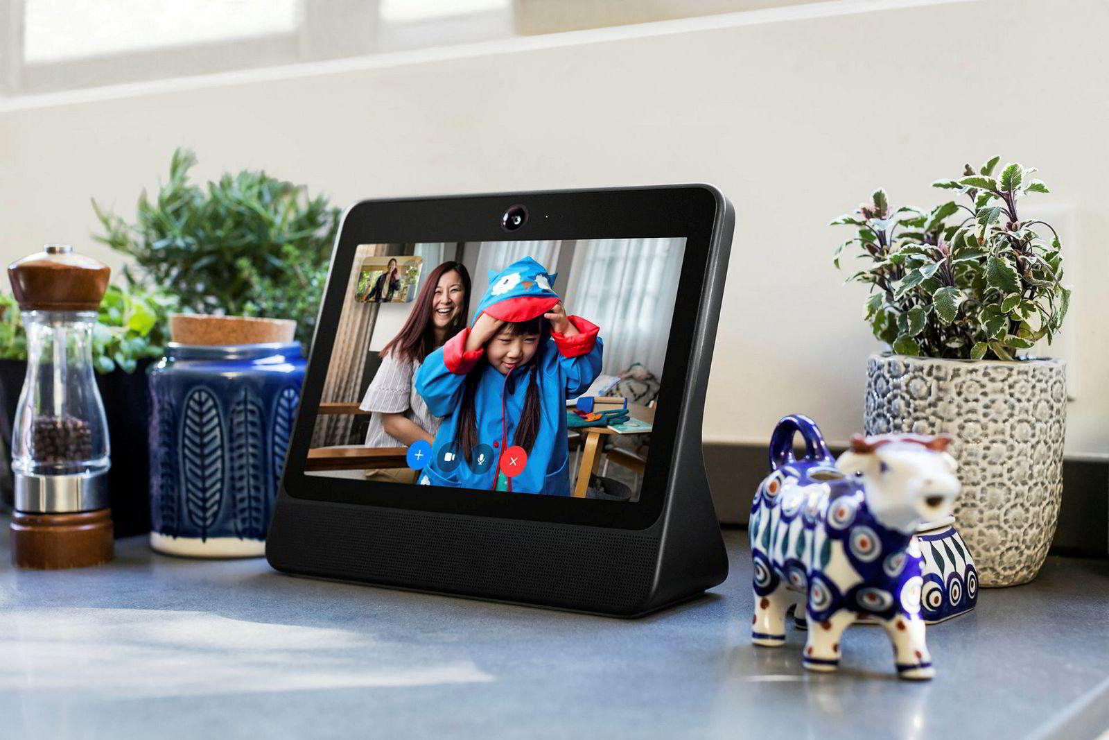 Facebook Portal er en smarthøyttaler og videotelefon – og Facebooks første fysiske produkt med selskapets egen logo.