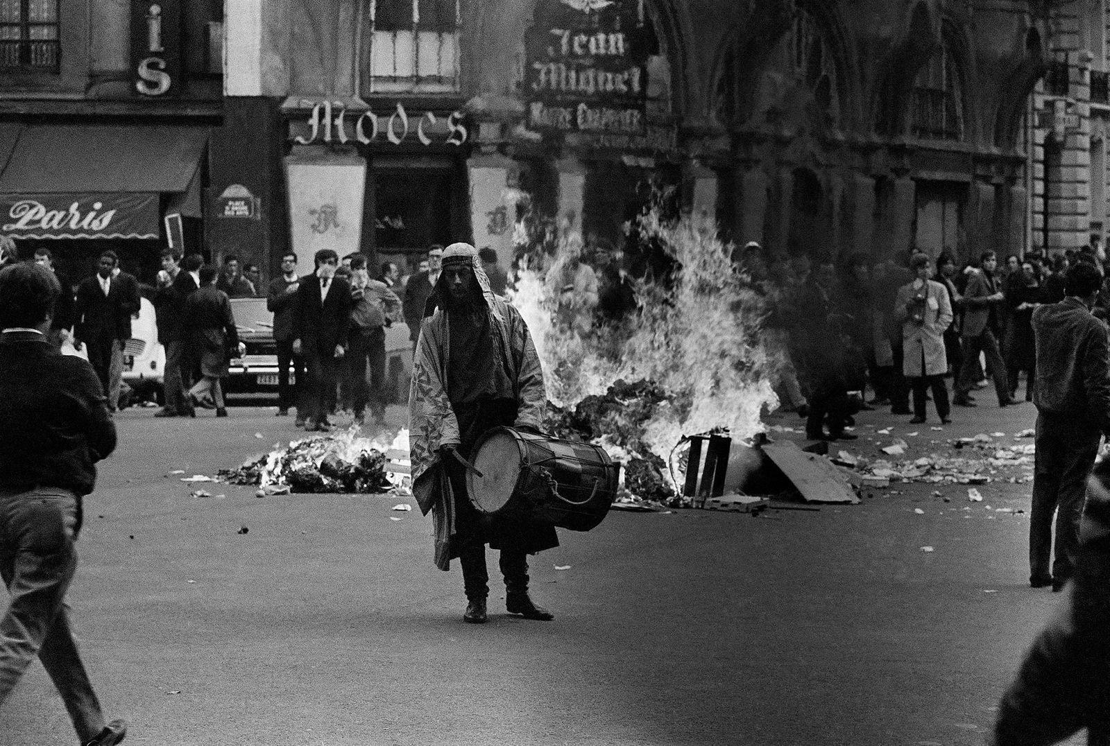 Politi og studenter støter sammen på Boulevard St. Michel i Paris etter at den franske regjeringen besluttet at den militante studentlederen Daniel Cohn-Bendit ikke får innreisetillatelse til Frankrike etter at han forlot landet for å holde en en rekke taler i Nederland.