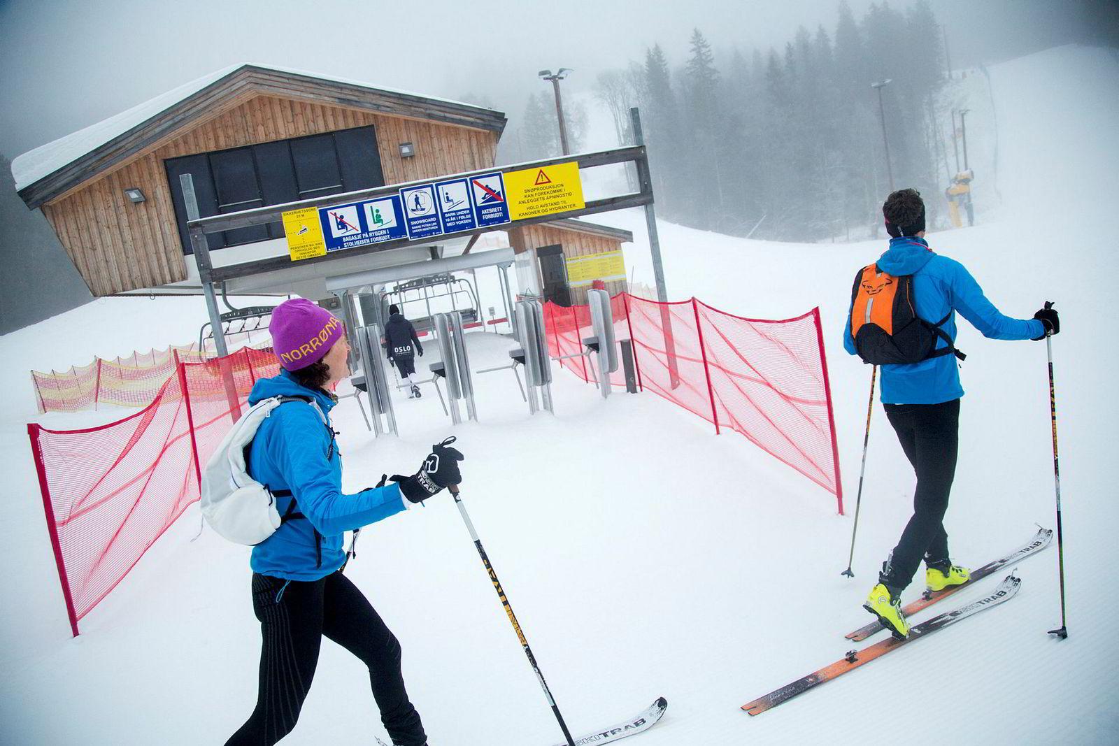 Kristin og Kjetil Landmark går rett forbi både billettluke og stolheis. De skal gå opp alpinbakken.