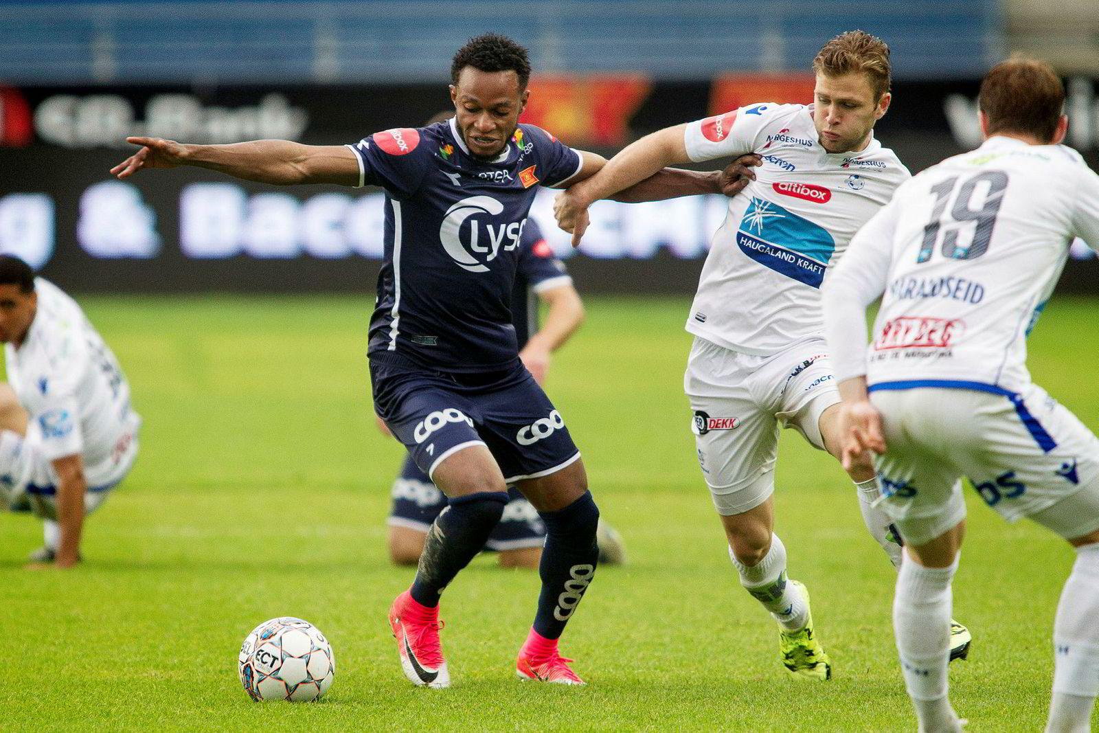Mens TVNorge kan feire seerrekord i juni med Eliteserien i fotball, har TV 2 ikke noe fotball-EM denne sommeren, og faller til sin dårligste notering i juni på år og dag. Her er Vikings Samuel Adegbenro i aksjon under eliteseriekampen i fotball mellom Viking og Haugesund.