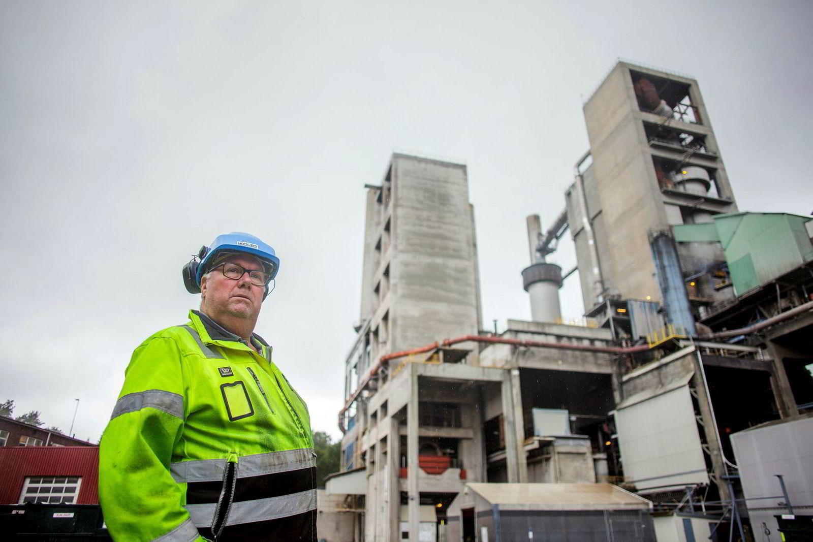 Hovedtillitsvalgt Tom Jacobsen ved Norcem viser hvor karbonfangstanlegget skal komme.
