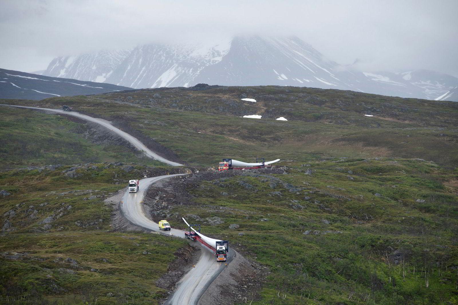 Utbygging av Nordlys Vindpark på Kvaløya i Tromsø kommune rett ved ferieparadiset Sommarøy. Her er vindmøllevingene på vei over fjellet til montering.