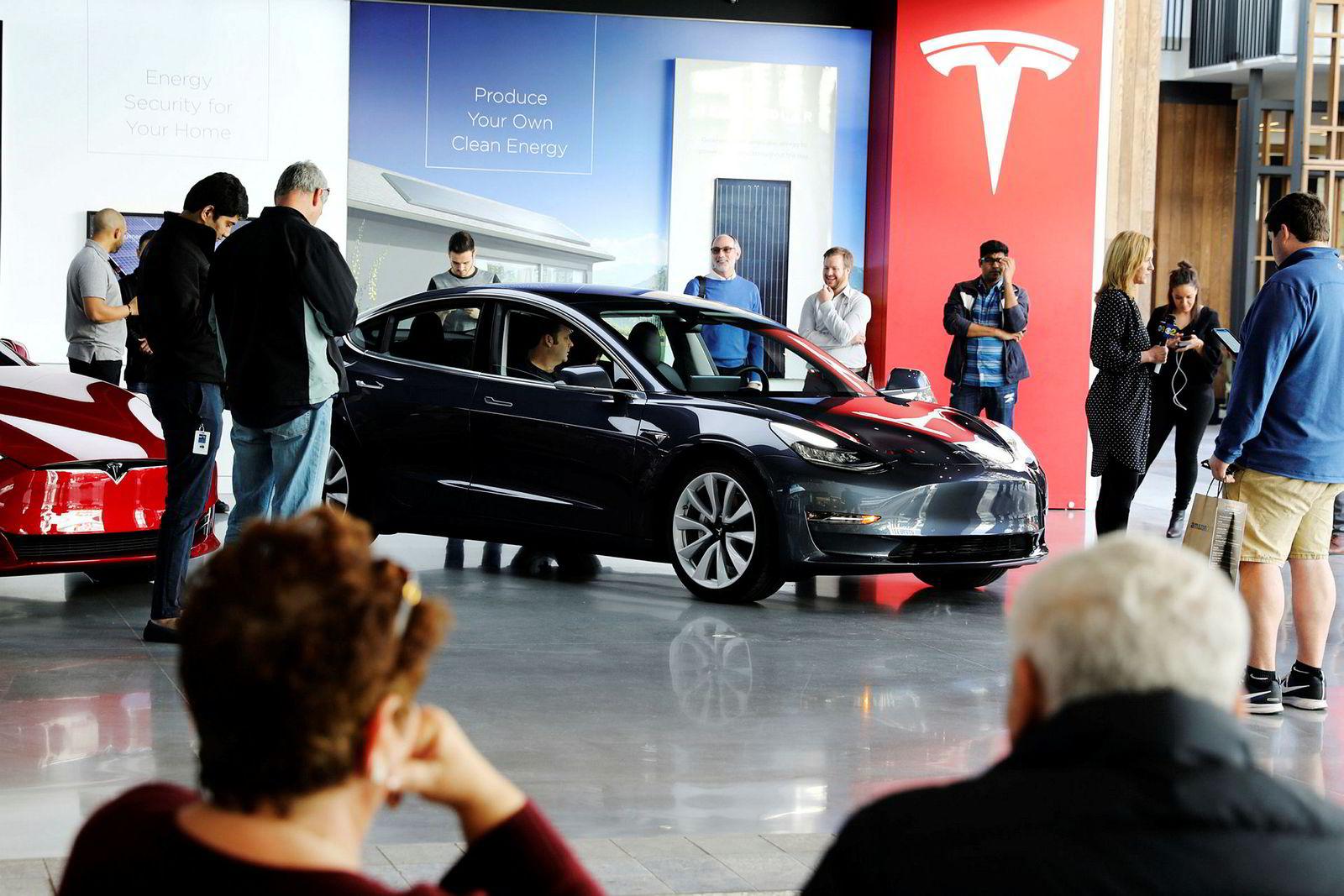 Produksjonen av Tesla Model 3 er kraftig forsinket. Her fra en utstillingsmesse i Los Angeles i januar i år.