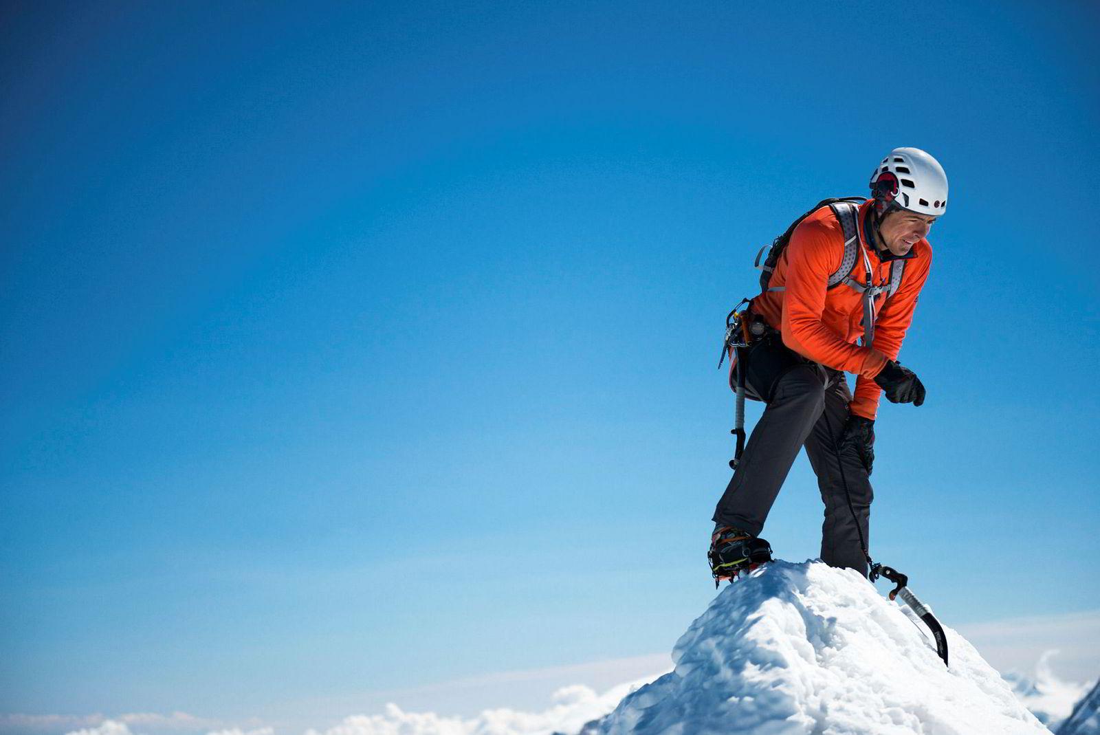 Dani Arnold på toppen av Matterhorn. 33-åringen mener risikoen for å falle er større når han er sikret i tau, fordi han da tar større sjanser.