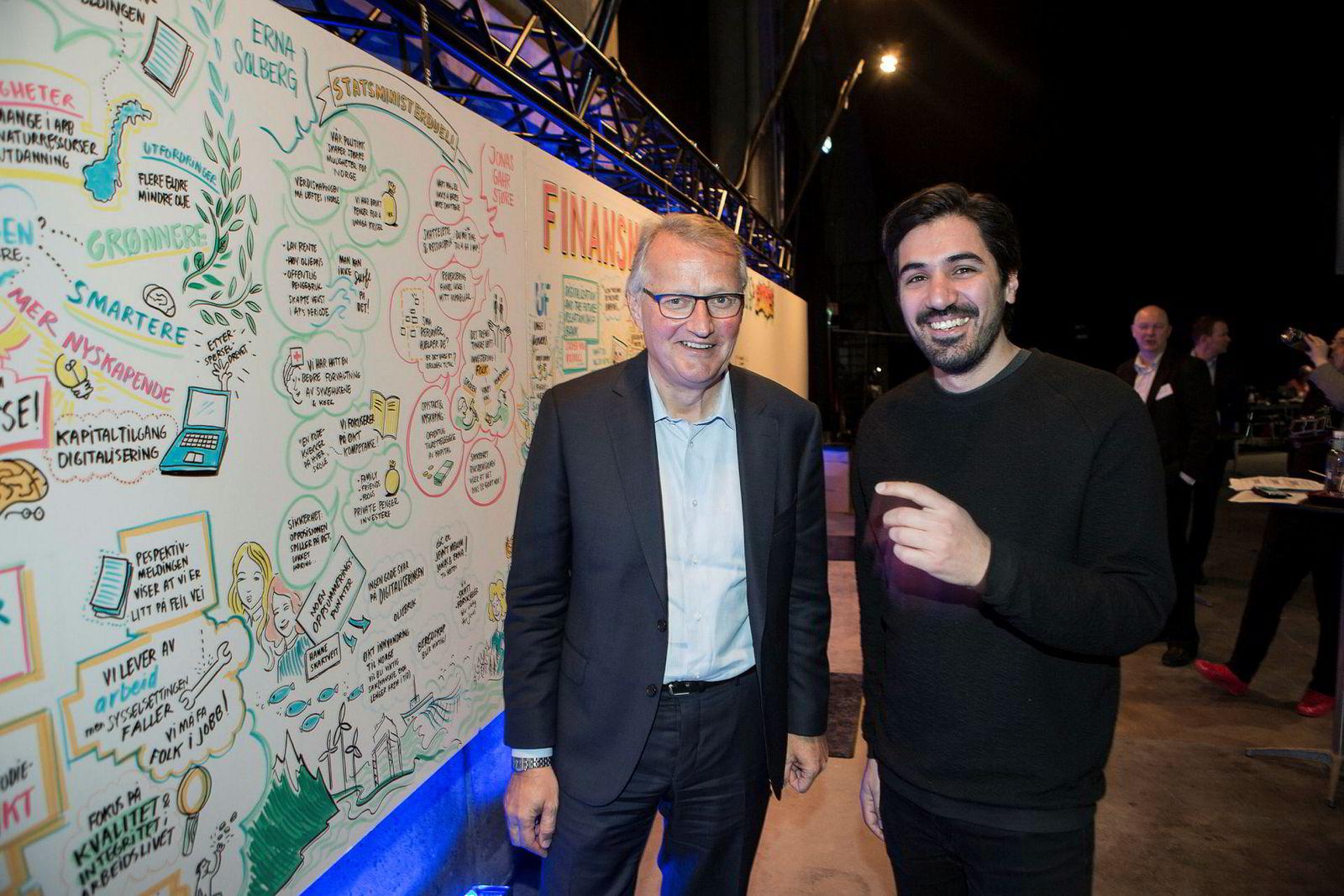 DNB-sjef Rune Bjerkes kunder får svar av chatte-roboten til Arash Saidi (til høyre) i Convertelligence. Målet er at den skal kunne svare på fire av fem spørsmål innen 2020.