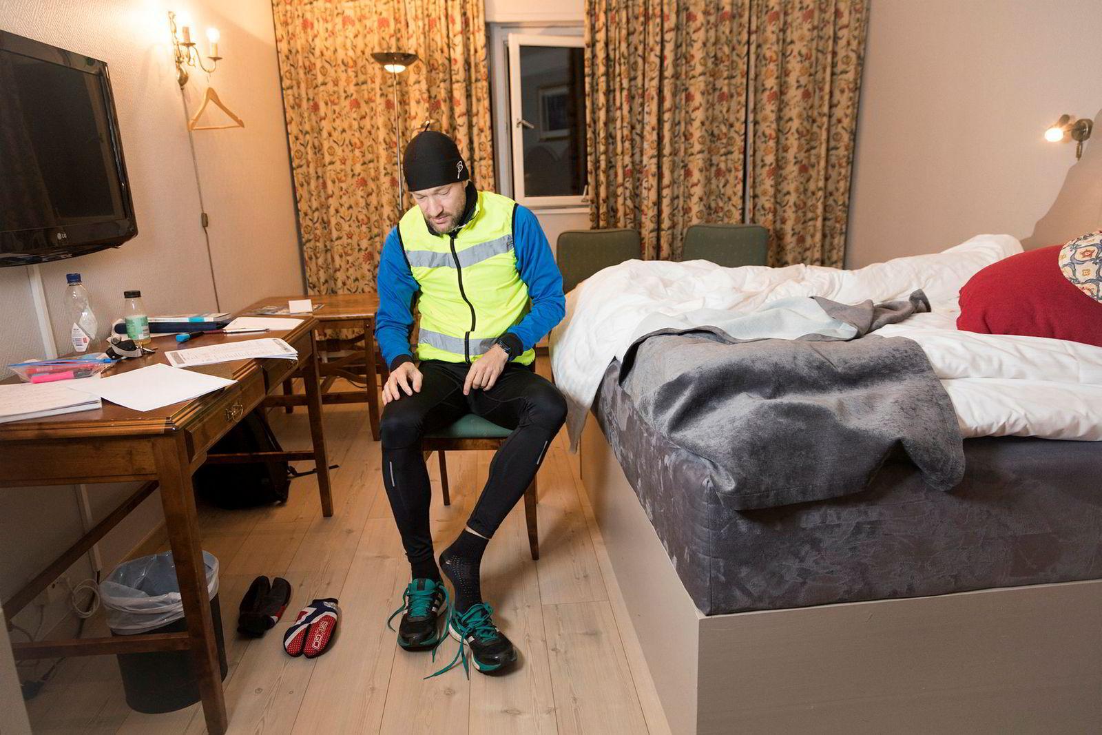 Klokken er halv syv da Post tar på seg løpeskoene. Etter noen timers søvn er dette morgenrutinen på jobbreise.