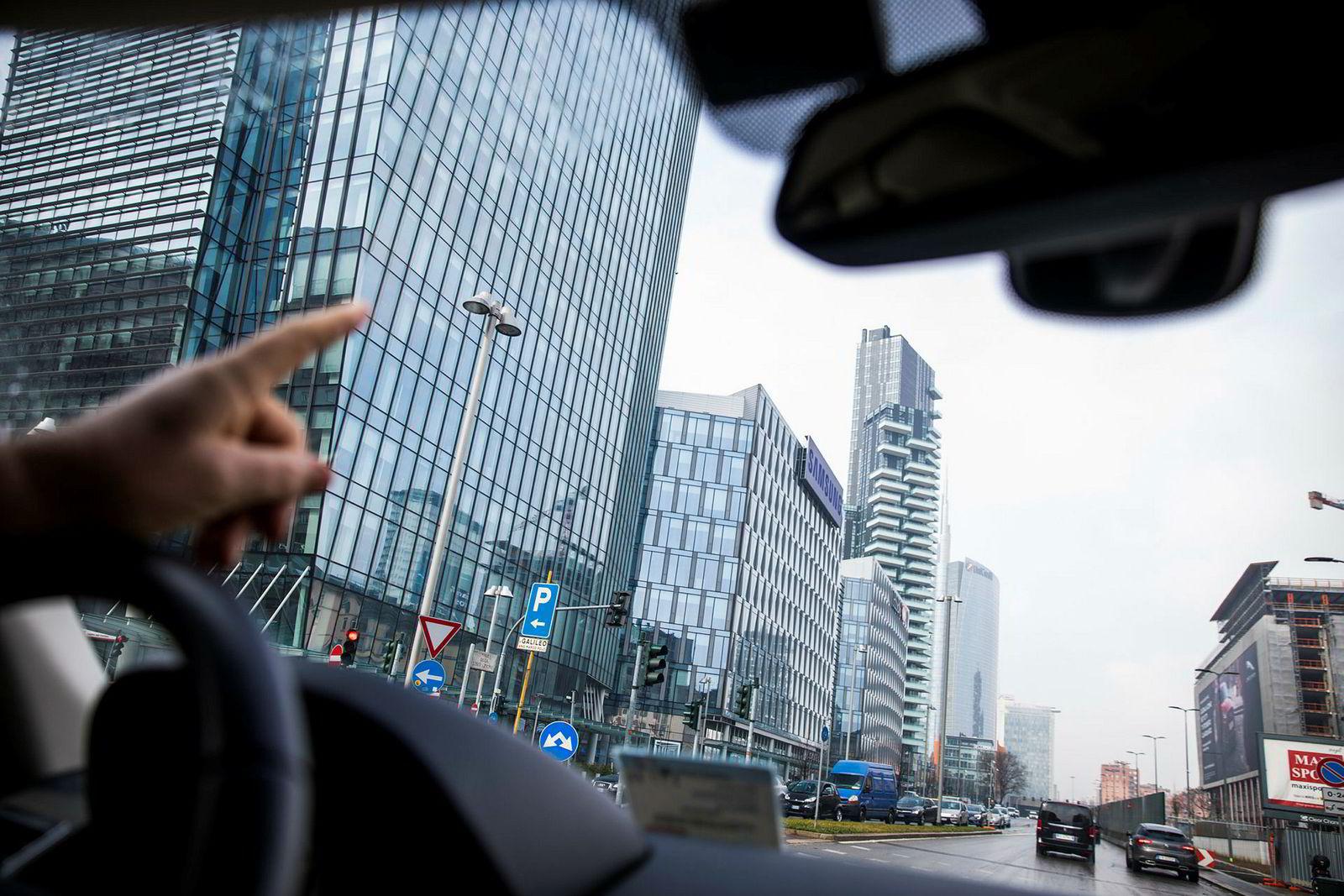 Petter Johannesen i Aker Solutions kjører bil og peker på bygningene i det moderne forretningsdistriktet Porta Nuova.