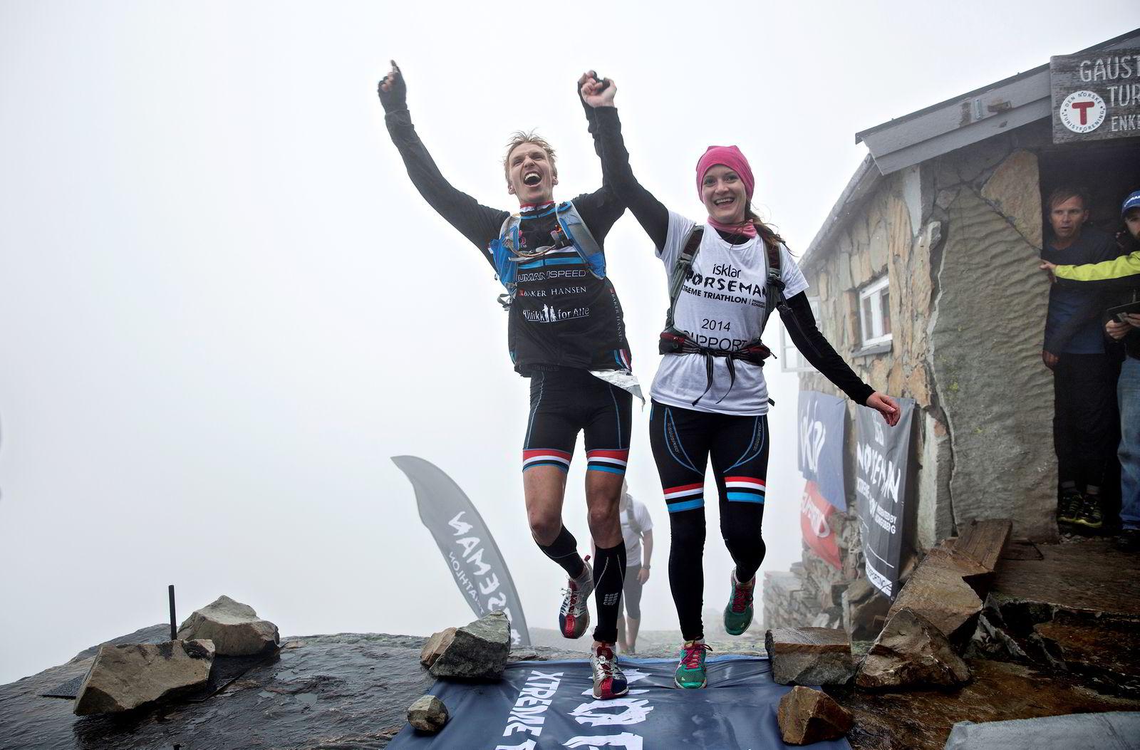Storfavoritten Allan Hovda tok ledelsen i maratonløpet og seiret til slutt. Her går han i mål med kona Jenny.