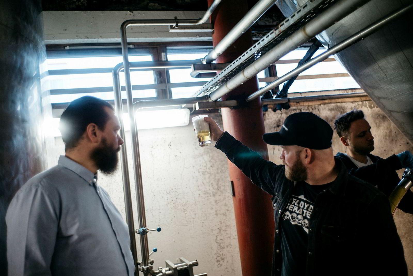 Daglig leder i Lervig Aktiebryggeri Anders Kleinstrup (til venstre) og bryggerimester Mike Murphy mener New England Ipa skal smake som det gjør når det kommer rett fra tanken.