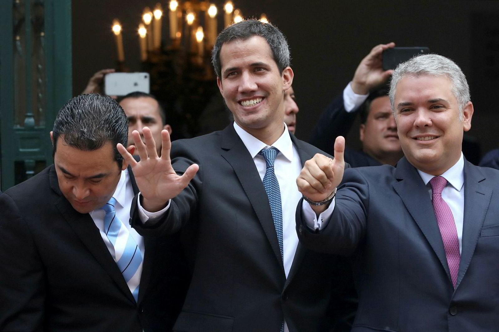 Norge anerkjenner ikke Juan Guaidó som Venezuelas nye president. Her med Colombias president Iván Dúque (til høyre) etter et møte i den colombianske hovedstaden Bogotá mandag.