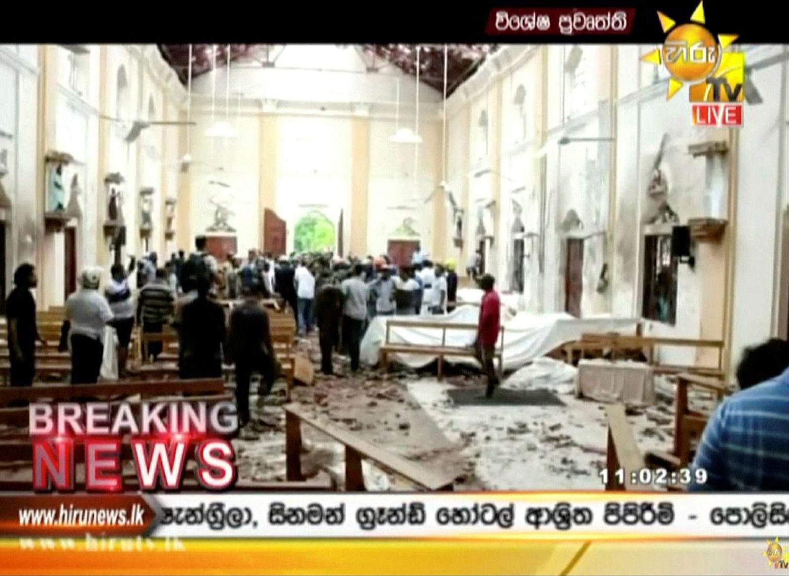 Stillbilde fra en fjernsynssending på Hiru tv som viser ødeleggelser inne i en kirke i Colombo.