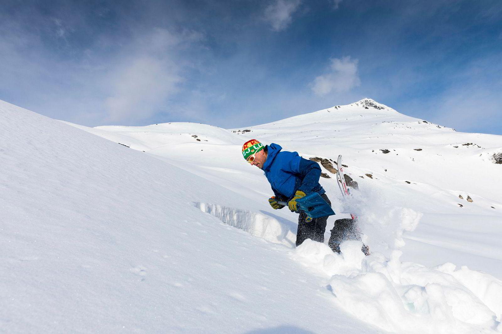 Graving er en del av jobben når man leter etter tegn i snøen. Rognmo kan også få helt klare bestillinger på ting han skal søke etter fra skredvarslerne, som setter observatørenes opplysninger inn i et større bilde.