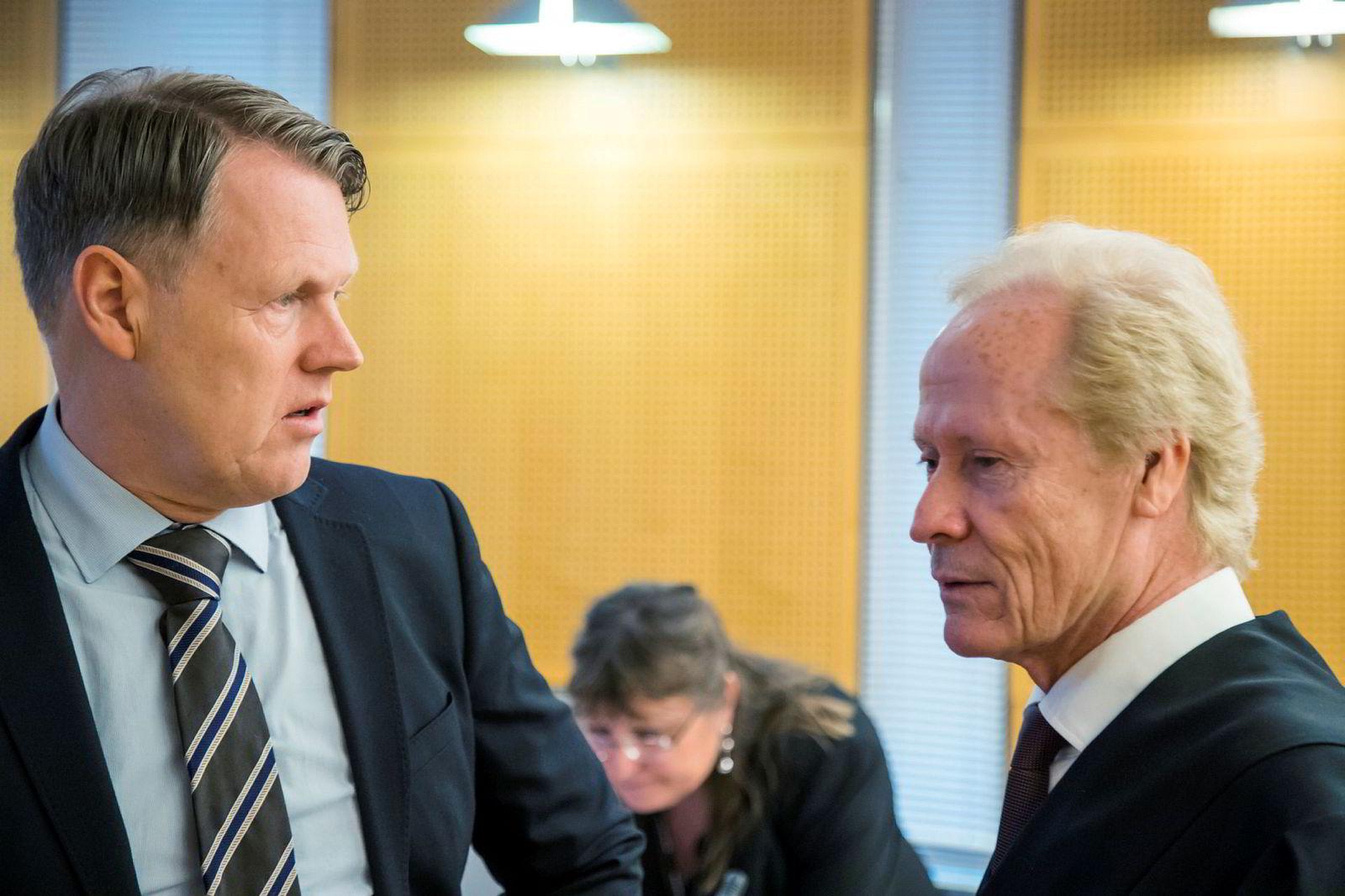 Hjernekirurg Per Kristian Eide (til venstre) med sin advokat Per Danielsen i Oslo tingrett.