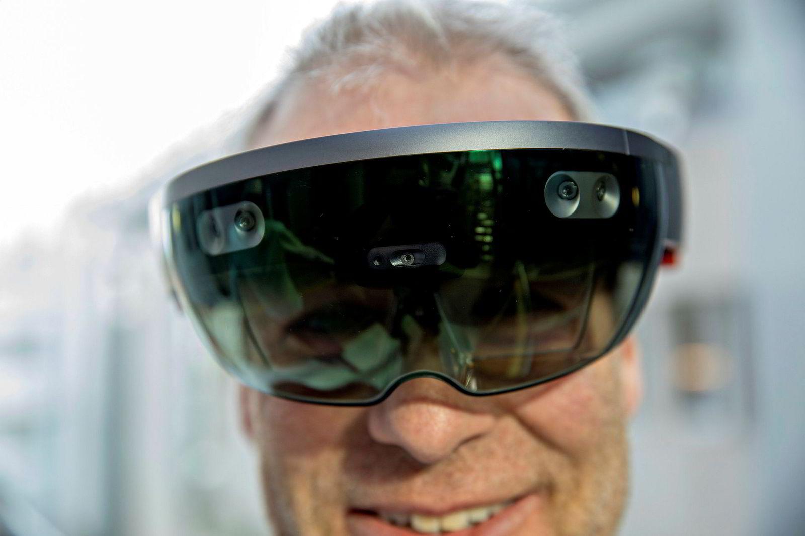 Forsker Ole Jakob Elle ved Intervensjonssenteret på Rikshospitalet med hololens-brillene.