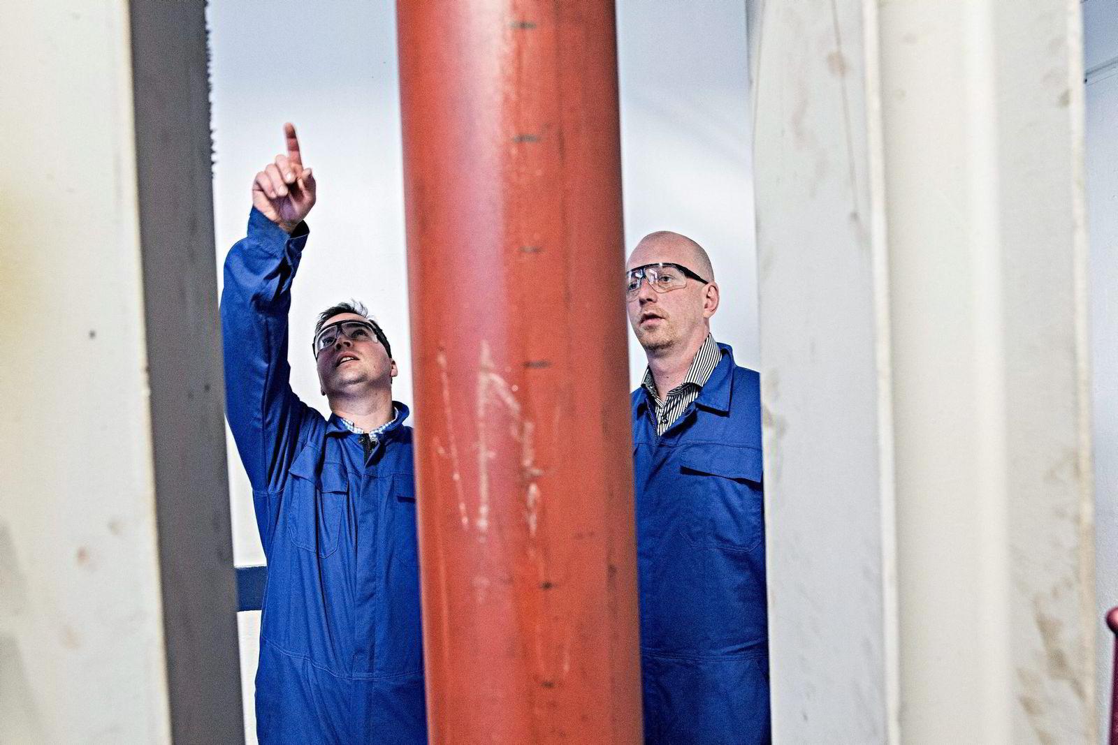 Tor-Øystein Carlsen (til venstre) og Trond Løkka jobber konstant med prototypen. Når de reiser hjem fra jobb, spiser de middag, før de fortsetter samtalen på Facebook. Siden januar har de sendt 4000 meldinger.