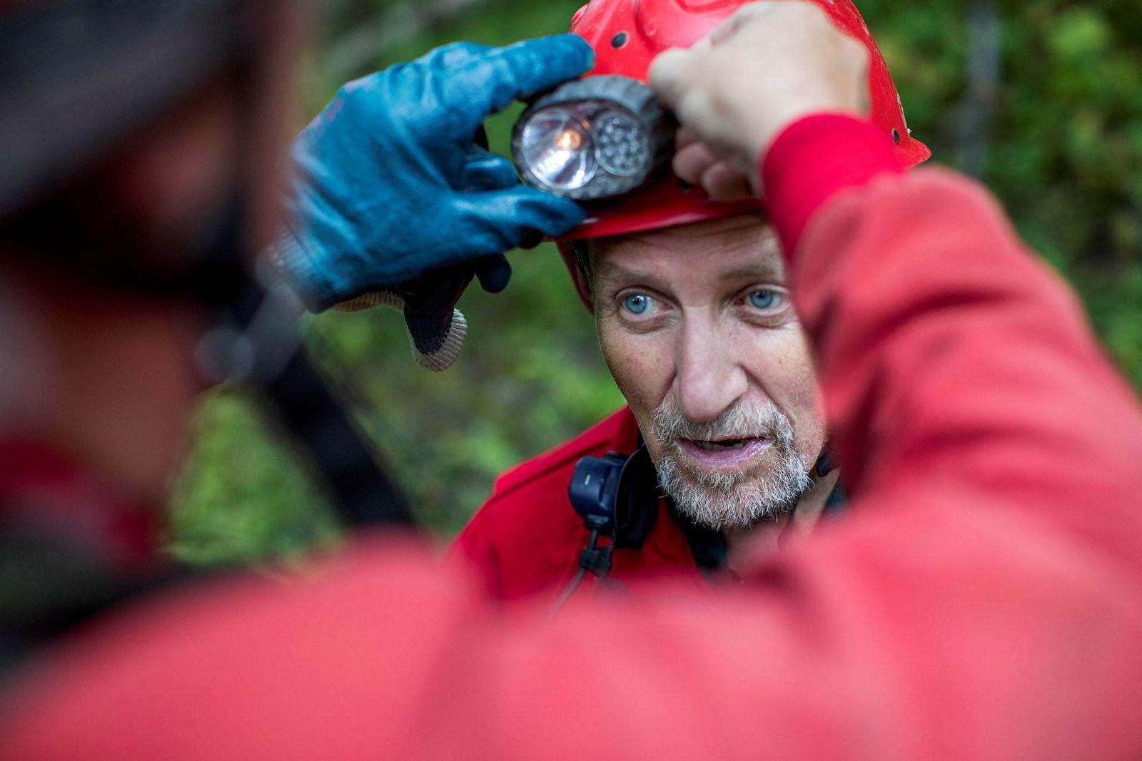 David St. Pierre får hjelp til å rette opp hodelykten før de går inn i grotten.