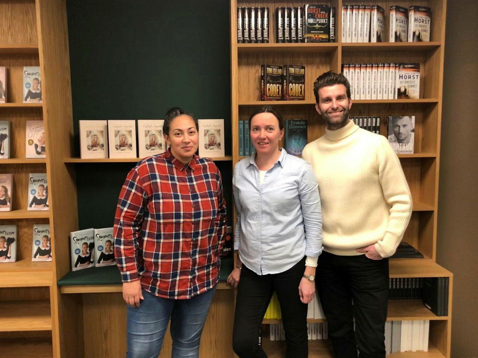 Ingrid E. Ryvarden blir ny sjefredaktør for norsk og oversatt sakprosa i Strawberry Publishing. Her er hun flankert av Sarah Natasha Melbye og Jonas Forsang i Strawberry Publishing.