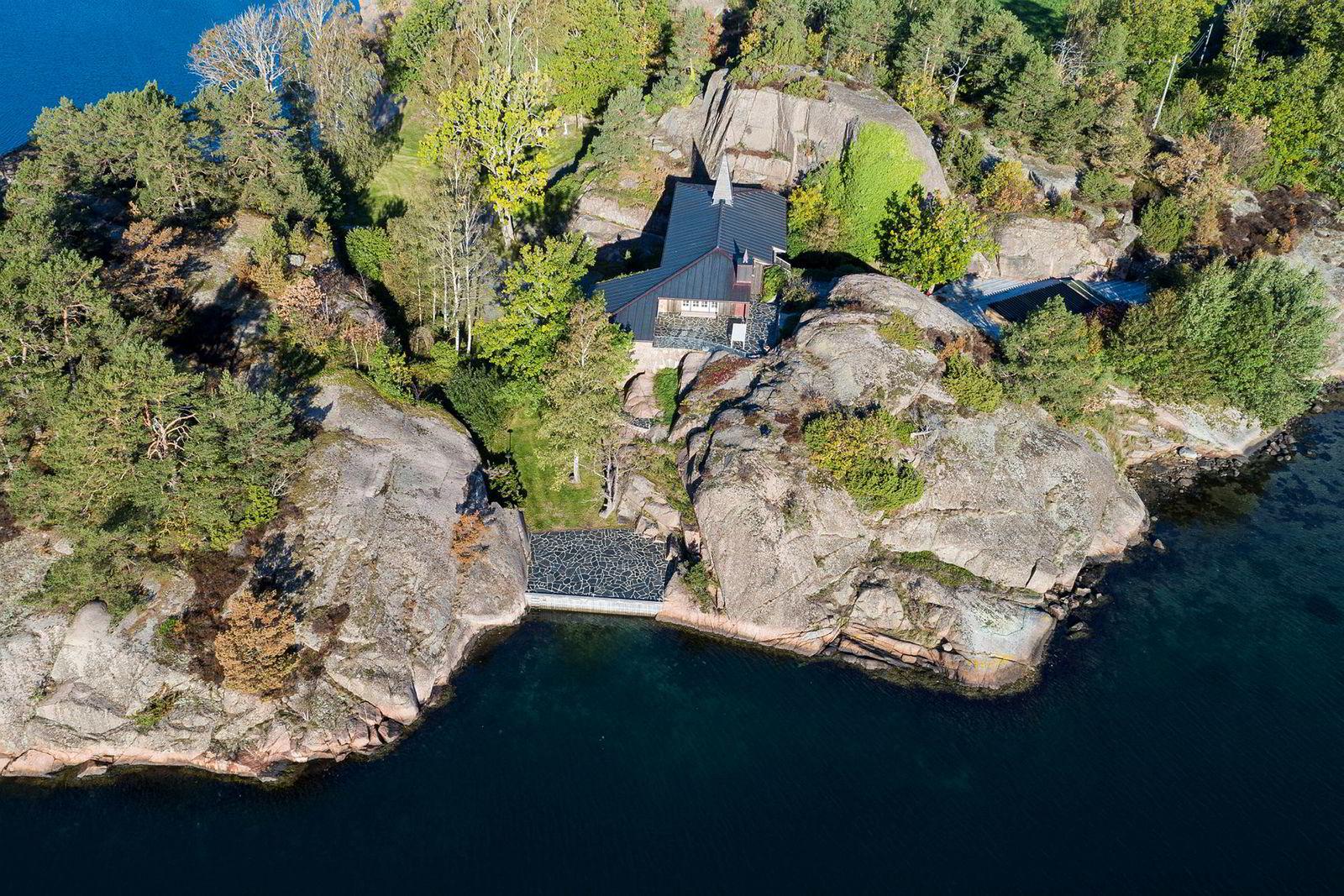 I 2011 kjøpte Einar Aas tidenes dyreste Grimstad-hytte da han skaffet seg landstedet «Slottet» for 23 millioner kroner. Til våren skal blant annet denne eiendommen selges.