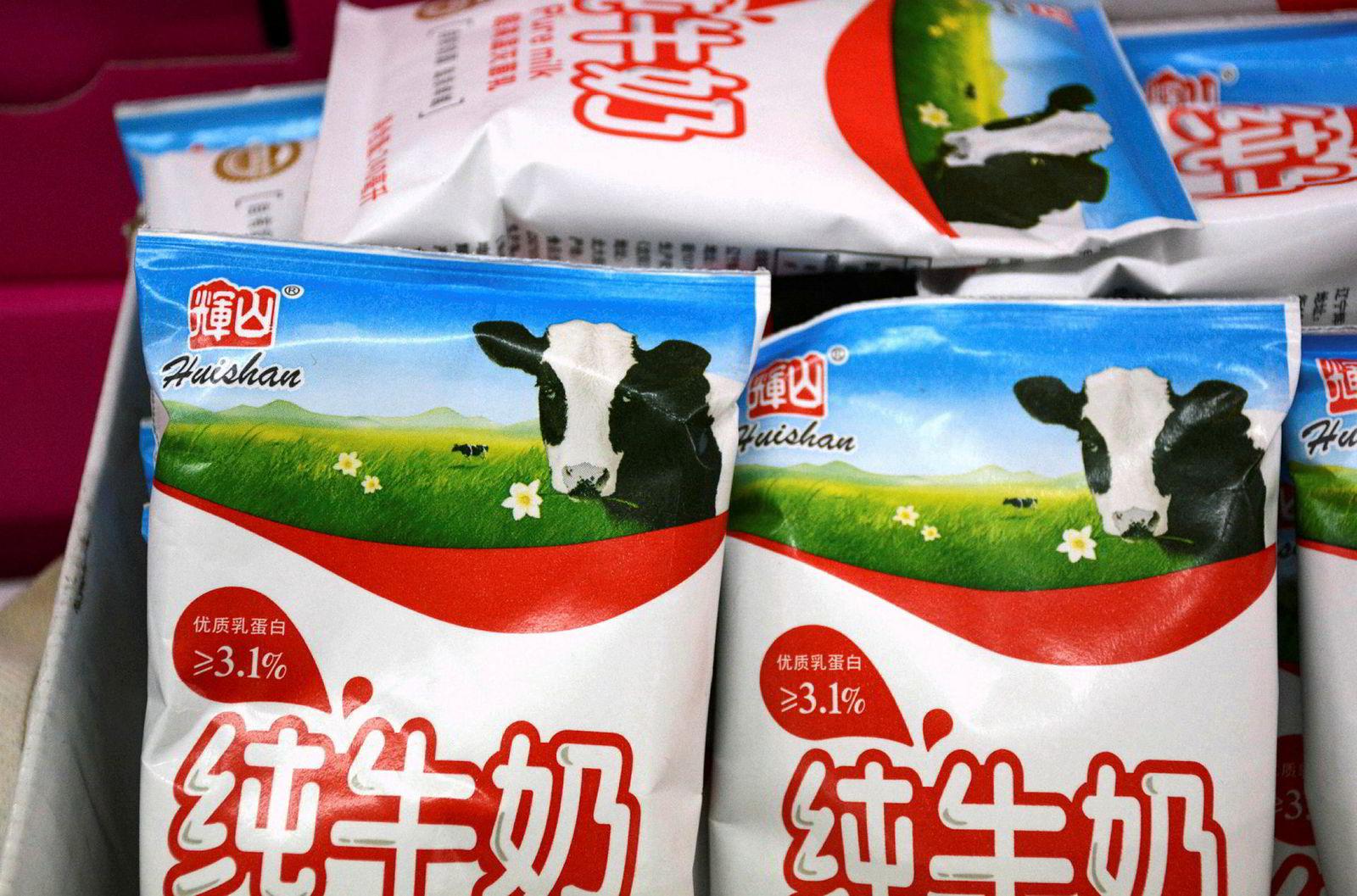 Huishan Dairy er blant de største skandalene i kinesisk næringsliv. Her poser med melk.