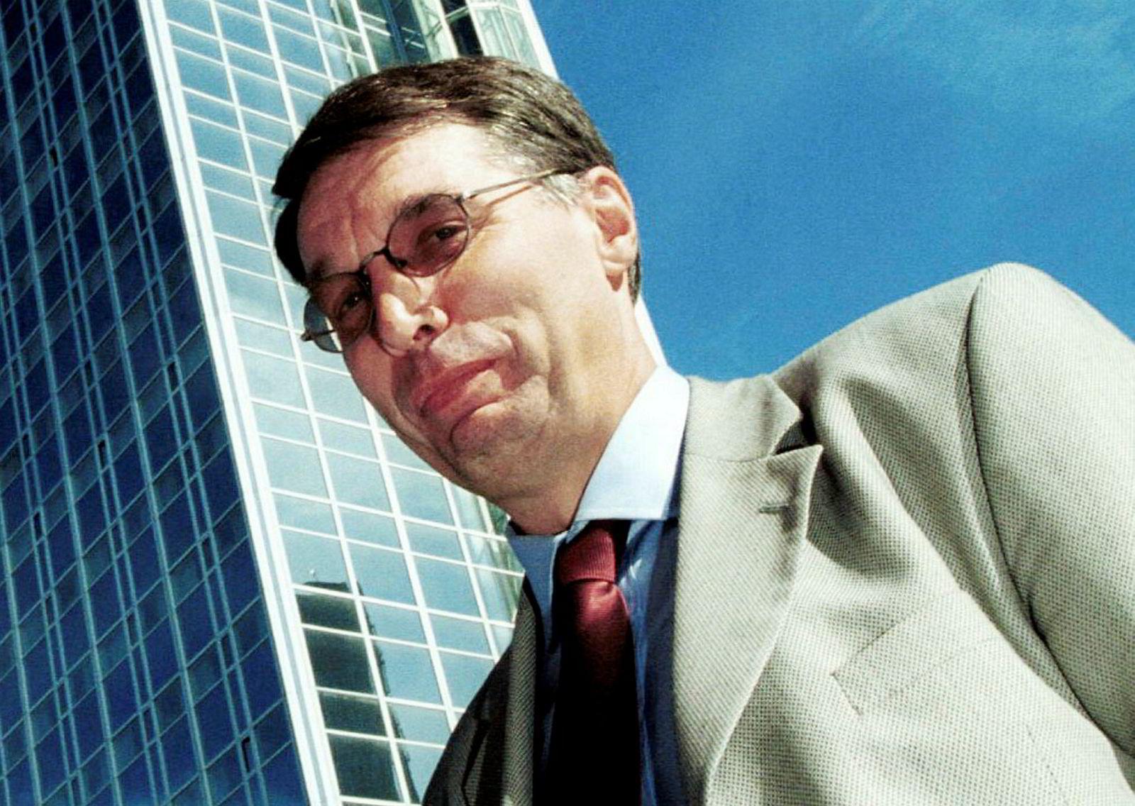 Lars Wenaas ble fotografert utenfor hotellet Oslo Plaza i 2000. Nå satser han stadig mer på utenlandske hoteller.