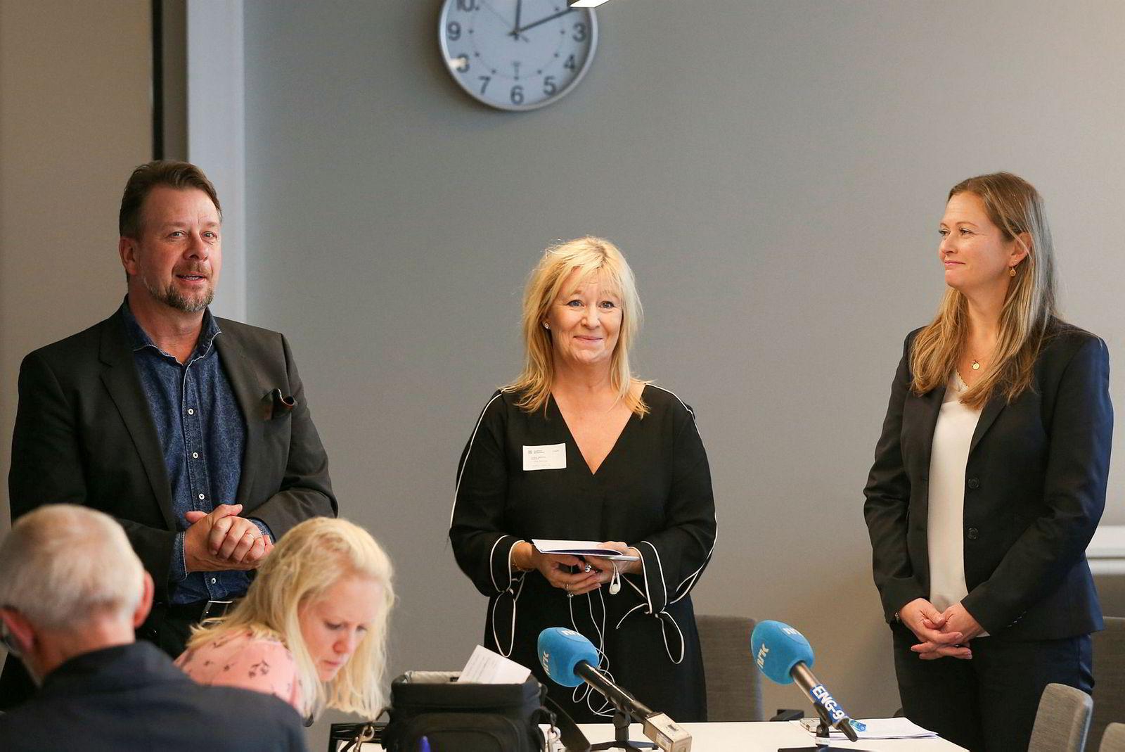 Magnus Hedin (fra venstre), Ulrika Mebius og Cathrine Elgin fra Go-Ahead deltok under tildelingen av den første trafikkpakken som er lagt ut for konkurranse om togtrafikken i Norge.