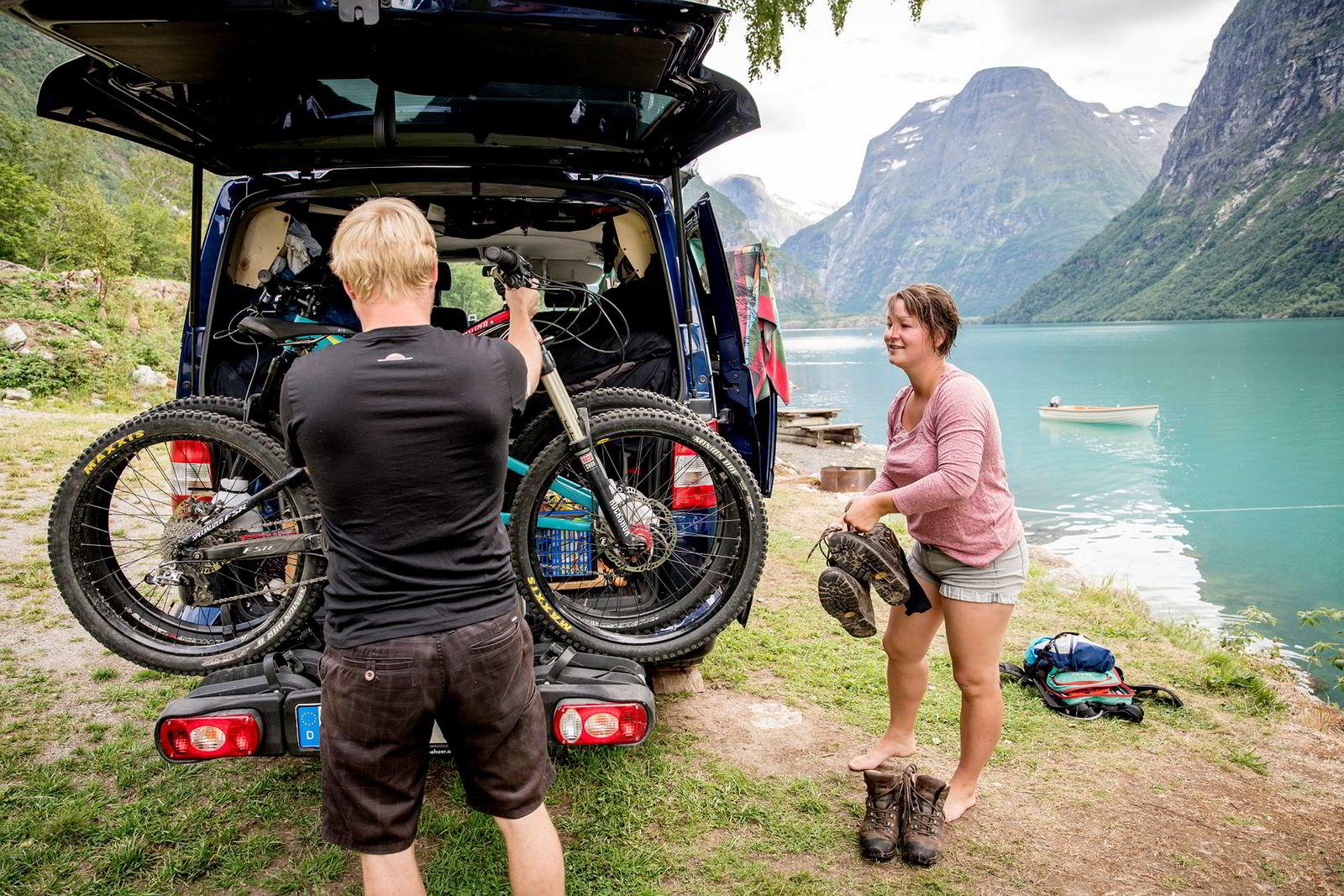 Franziska Holze (31) og Sebastian Greulich (32) fra Berlin og Potsdam har overnattet på Helset Camping ved Lovatnet. Paret har syklet til Jostedalsbreen som gir Lovatnet den karakteristiske grønnfargen. Neste stopp for tyskerne er et mountainbike-treff.