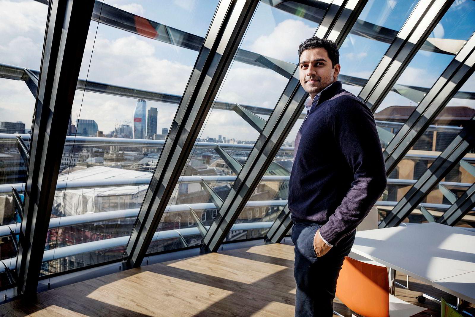 Mo Ali jobber på meglerbordet hos DNB markets i finansdistriktet i London. Fra lunsjrommet er det skyskrapere, blå himmel og sol å se.