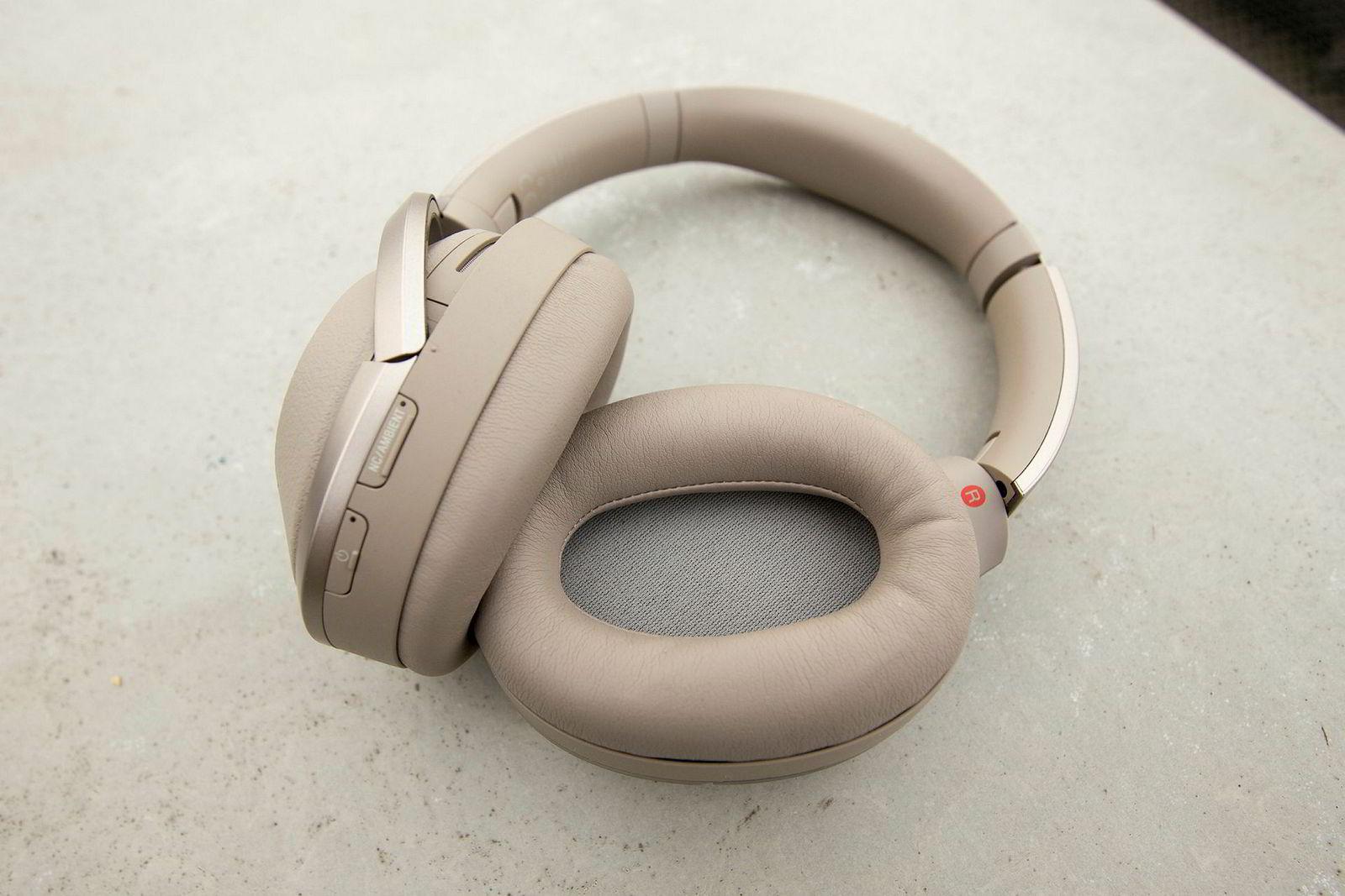 Sony WH-1000XM2 er blant de beste og mest populære trådløse hodetelefonene med støydemping før jul.