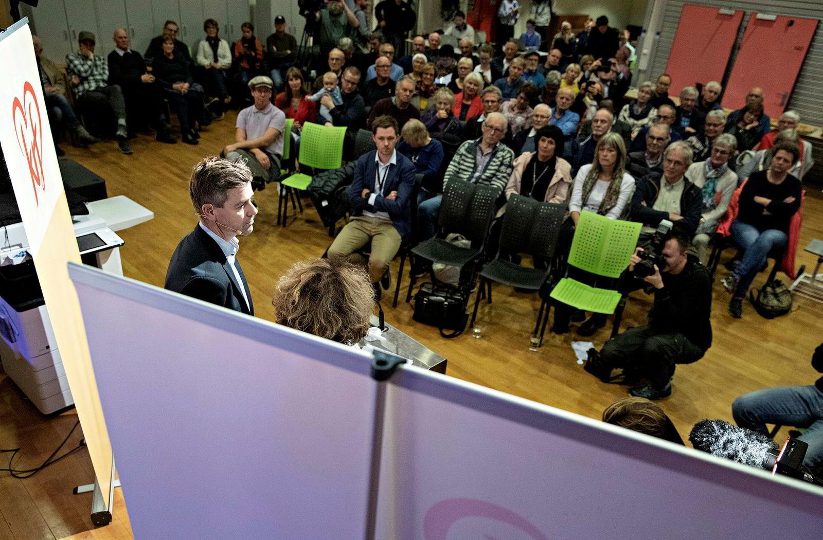 Knut Arild Hareide og Olaug Bollestad begynte å snakke til forsamlingen rundt klokken 19.