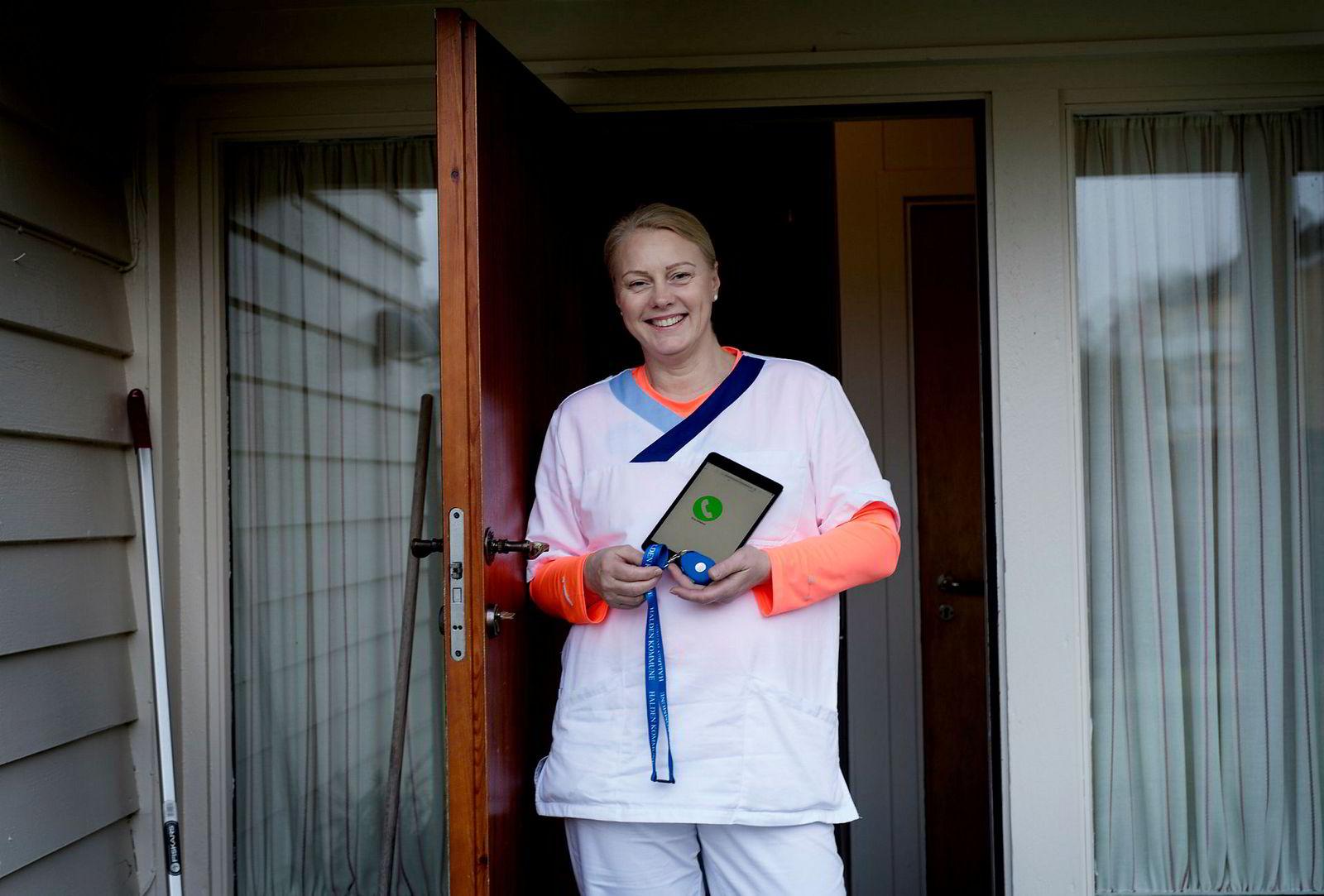 Gro Noomi Guldbrandsen i hjemmetjenesten med utstyret som utgjør Virtuell Korttidsavdeling i kommunen.