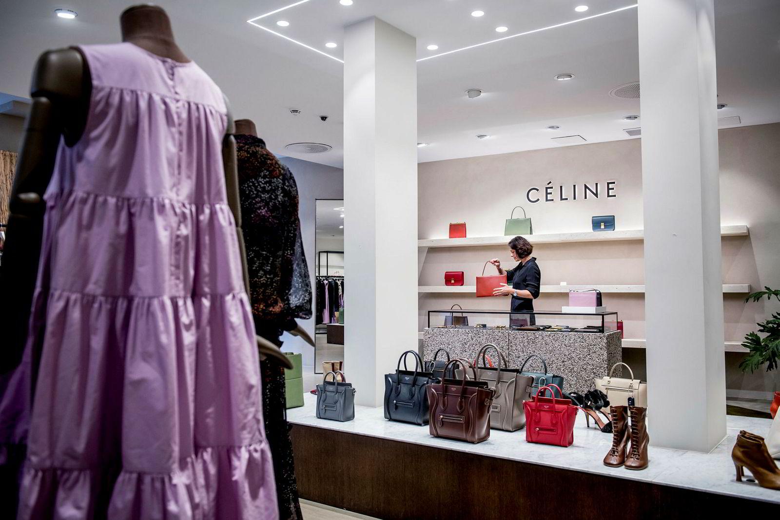Butikksjef Silje Chantel Johnsen i Vincci forteller at de opplever et økende behov for å ha varer på nett. Her med vesker av merket Céline som har restriksjoner for nettsalg.