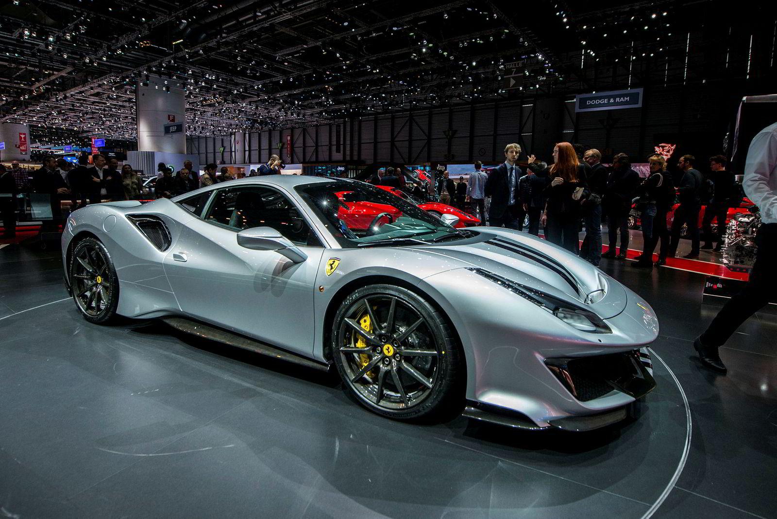 En grå Ferrari 488 Spider på utstilling under Geneva International Motor Show i mars 2018. Alan Walker har kjøpt seg tilsvarende bil i svart.