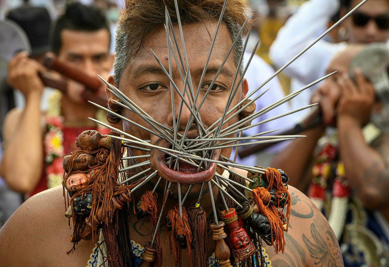 En festivaldeltager har stukket spyd gjennom kinnene under den årlige vegetarfestivalen i Phuket. Festivalen begynner den første kvelden i den niende månemåneden og varer i ni dager, med mange religiøse hengivne som slynger seg med sverd, gjennomborer kinnene med skarpe gjenstander og begikk andre smertefulle handlinger for å rense seg selv og påta seg fellesskapets synder.