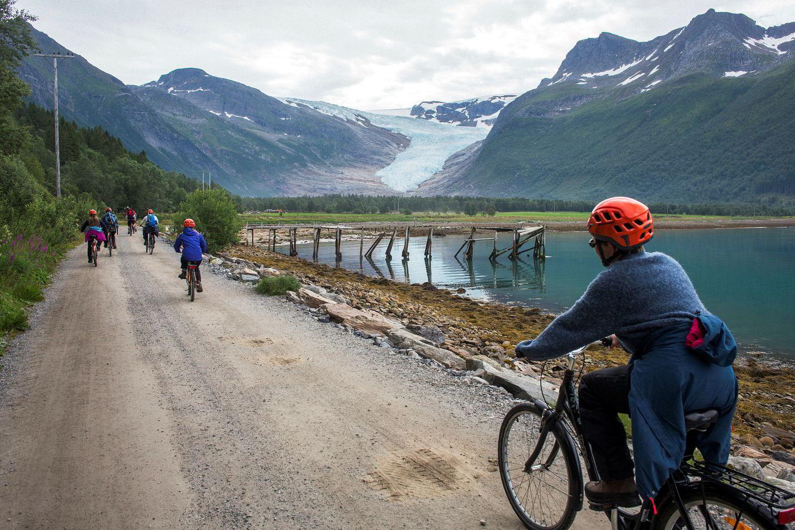 Sammen med familien sykler Elisabeth Norbotten inn til Engabreen som er Svartisens lavest liggende brearm.